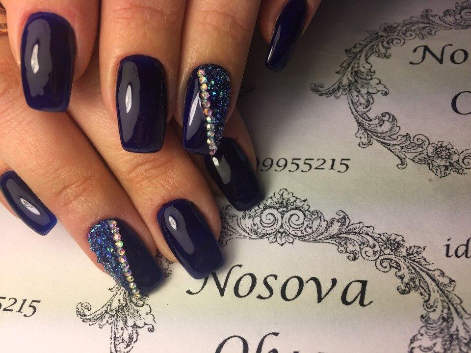 Синий дизайн ногтей шеллак с блестками